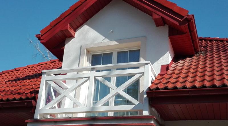 Balustrady drewniane malowane na biało farbą firmy Tikurila.