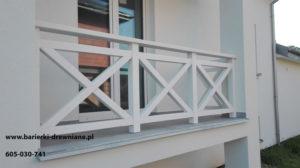 Biała barierka drewniana.
