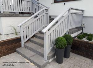 Barierka po obu stronach schodów